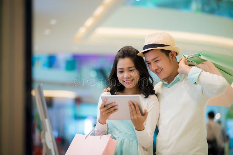Paar met tablet royalty-vrije stock fotografie