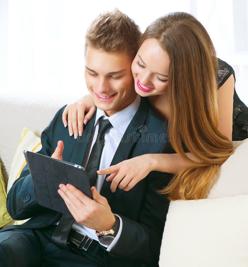 Paar met of tabletpc die online babbelen kopen royalty-vrije stock afbeeldingen