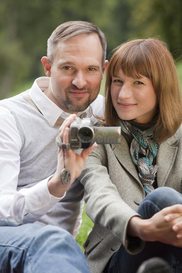 Paar met videocamera stock afbeeldingen
