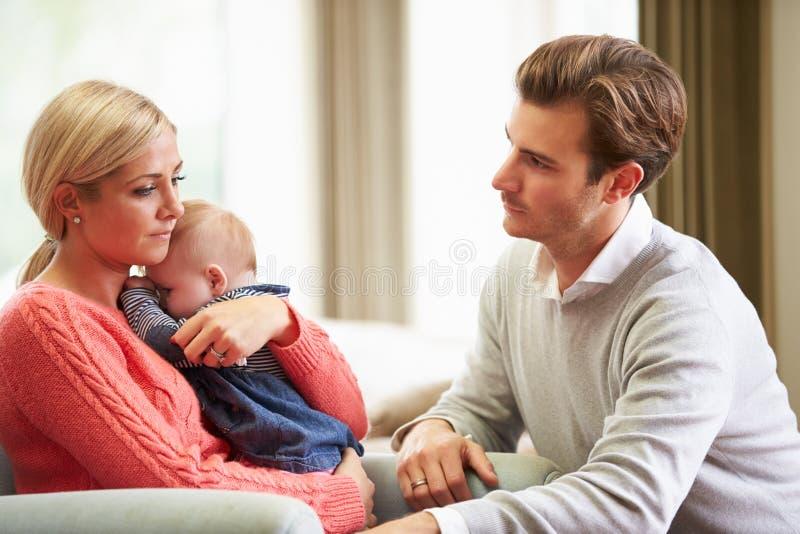 Paar met Vrouw die aan Postnatal depression lijden stock fotografie