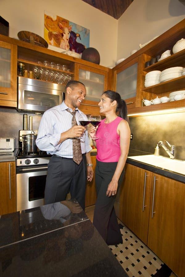 Paar met Wijn royalty-vrije stock fotografie