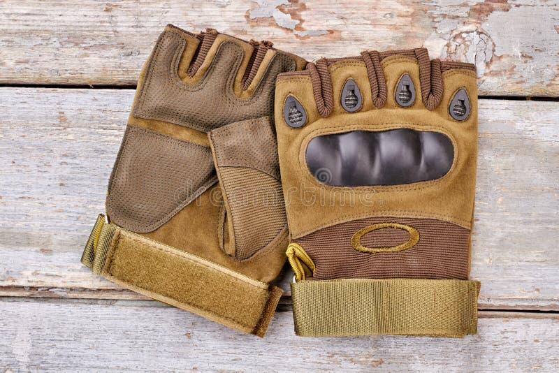 Paar militaire fingerless handschoenen voor het berijden stock fotografie