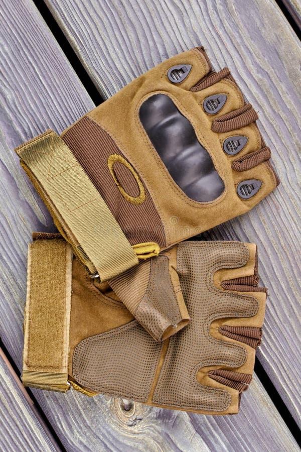 Paar militaire kaki handschoenen stock fotografie