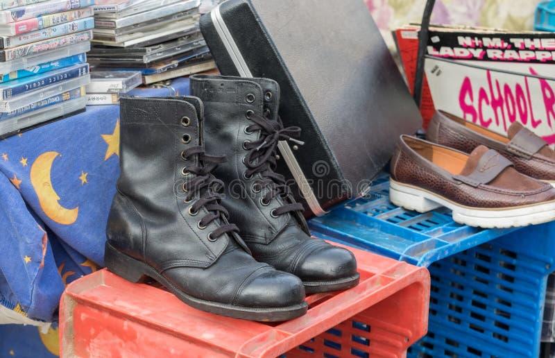 Paar militaire laarzen van IDF voor verkoop bij oude Jaffa-Vlooienmarkt stock afbeelding