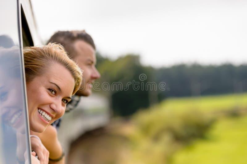 Paar mit geht heraus das Serienfenster voran lizenzfreie stockbilder