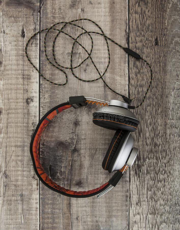 Paar moderne zwarte en oranje hoofdtelefoons royalty-vrije stock foto's