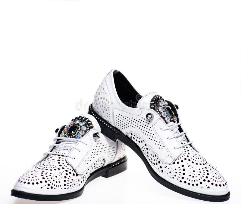 Paar modieuze comfortabele oxfordsschoenen Modern schoenenconcept Schoeisel voor vrouwen op vlak enig met perforatie royalty-vrije stock afbeelding
