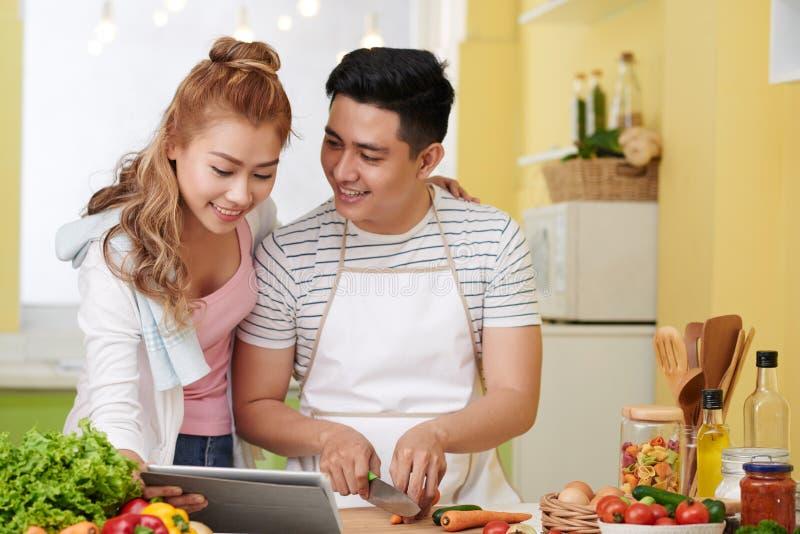 Paar na maaltijdrecept stock fotografie