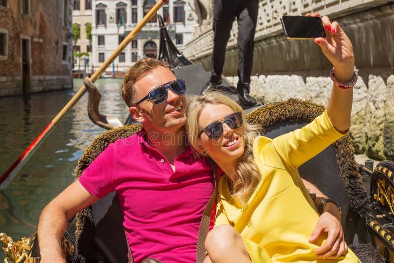 Paar nemen selfy op hun vakantie royalty-vrije stock foto