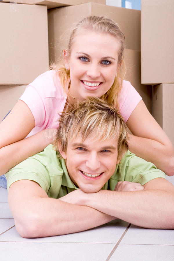 Paar in nieuw huis stock foto