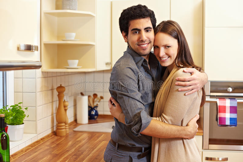 Paar in nieuw huis stock afbeelding