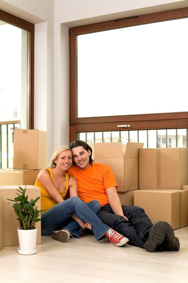 Paar in nieuw huis stock foto's