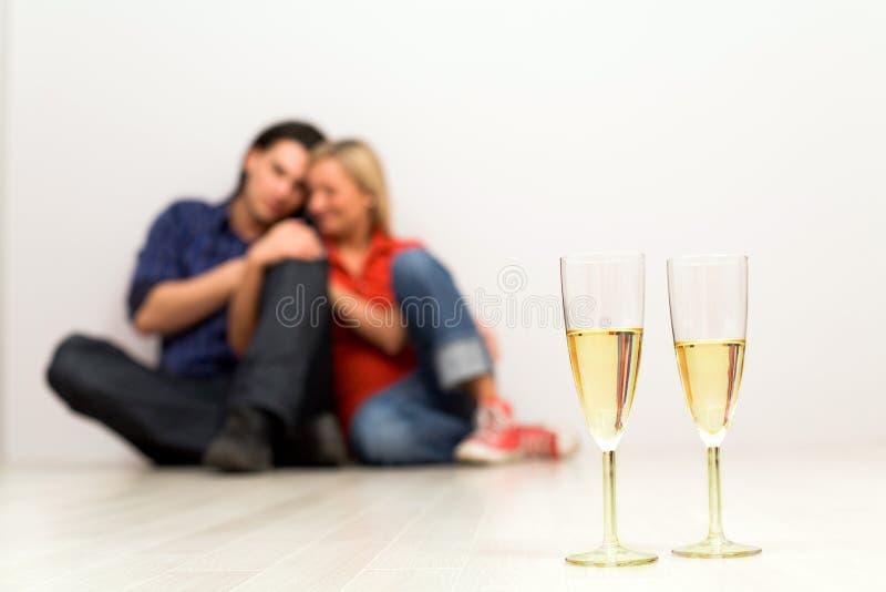 Paar in nieuw huis royalty-vrije stock afbeelding