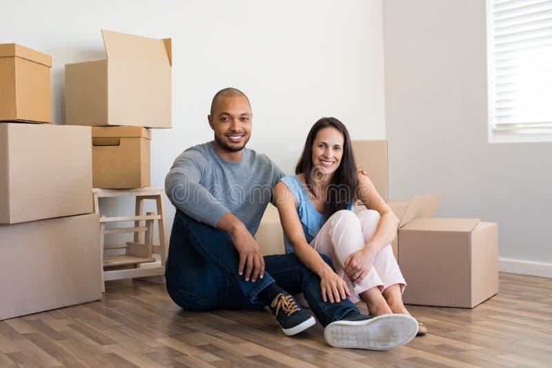 Paar in nieuw huis stock fotografie