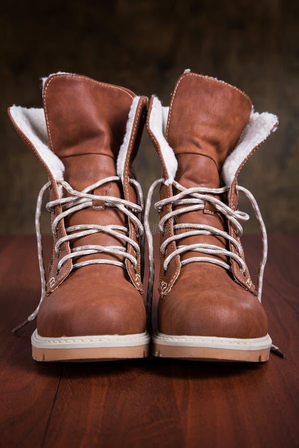 Paar nieuwe schoenen op de vloer stock foto