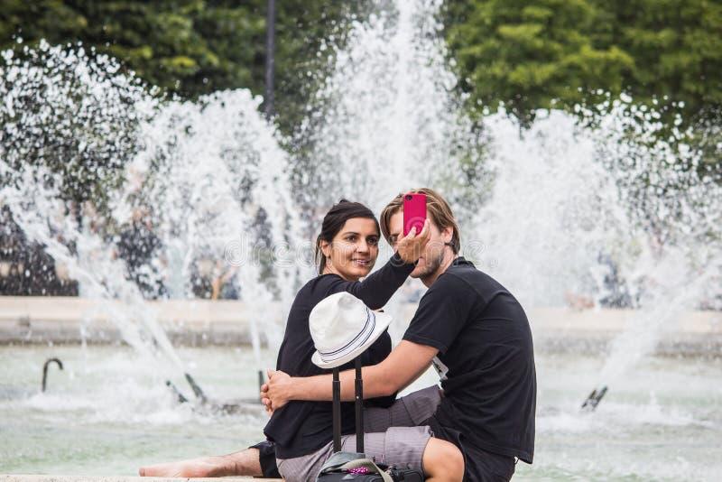 Paar nimmt selfie vor Palais Royal-Brunnen, Paris, Franc lizenzfreie stockfotos