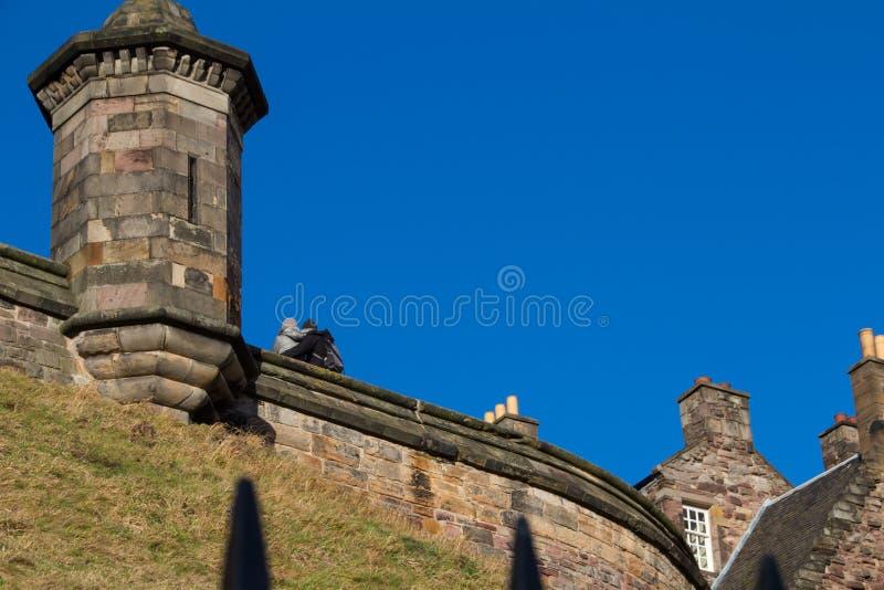 Paar onder de blauwe hemel van Edinburgh royalty-vrije stock afbeeldingen