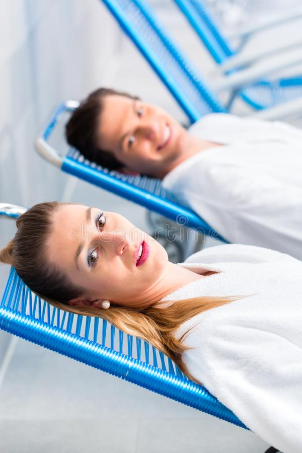 Paar in ontspanningsruimte van wellness spa stock foto's
