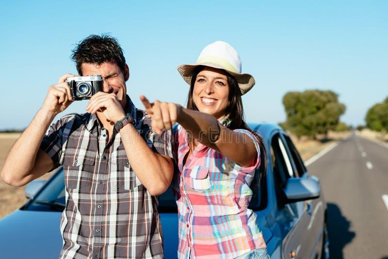 Paar op auto roadtrip vakantie royalty-vrije stock foto's