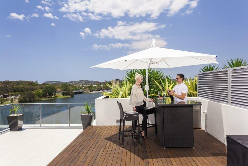 Paar op balkon stock fotografie