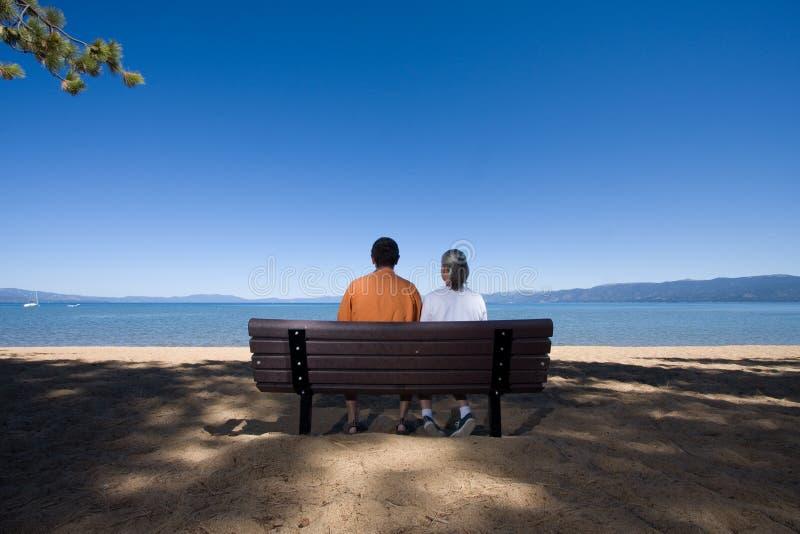 Paar op bank stock foto