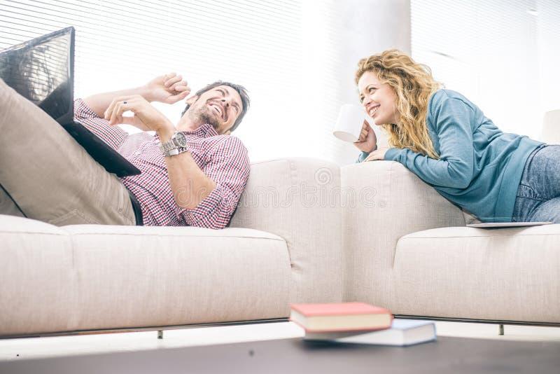 Paar op bank in de woonkamer stock fotografie
