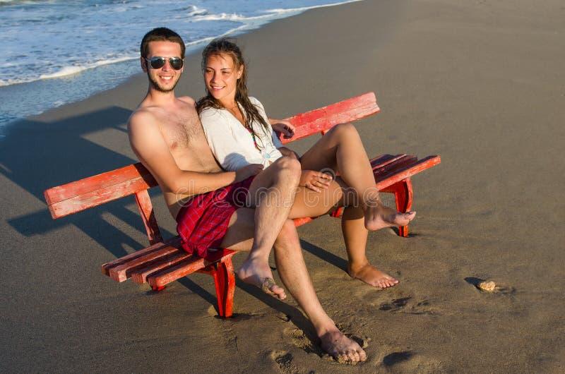 Paar op de bank bij de kust royalty-vrije stock afbeeldingen