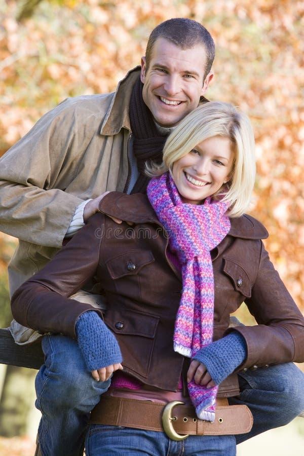 Paar op de herfstgang