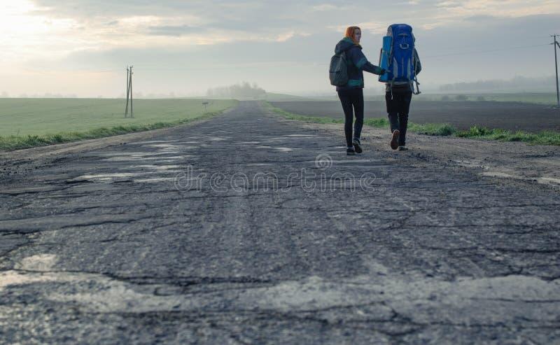 Paar op de ochtendweg stock afbeelding