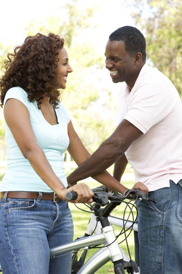 Paar op de Rit van de Cyclus in Park stock afbeeldingen