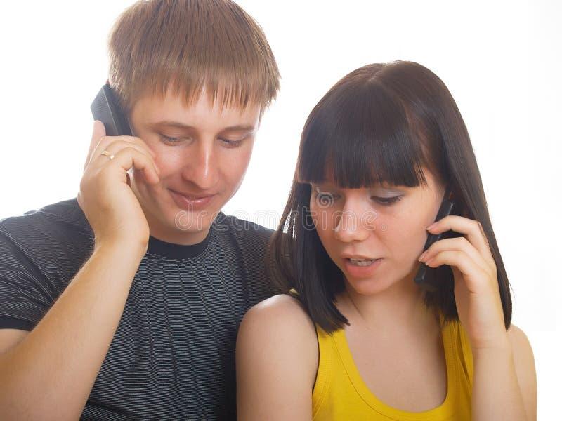 Paar op de telefoon samen stock foto