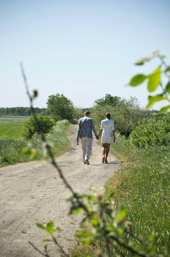 Paar op de weg van het land royalty-vrije stock afbeelding