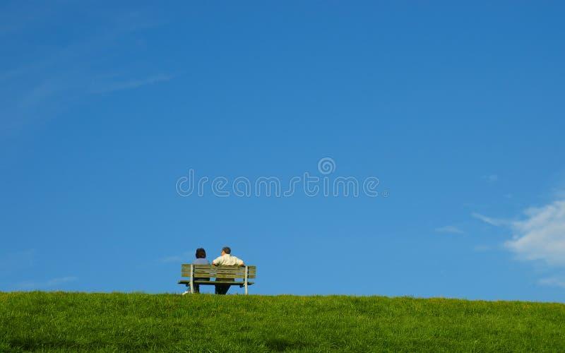 Paar op een bank stock fotografie