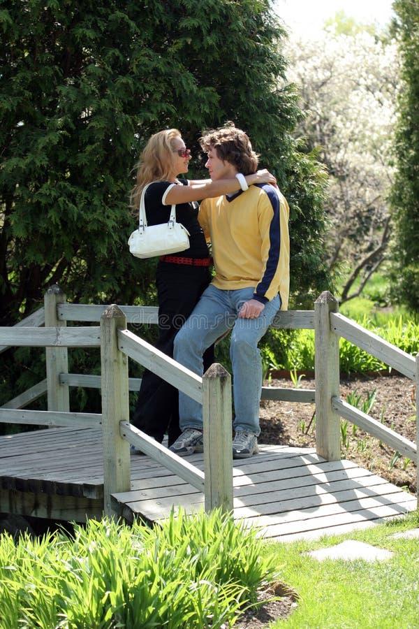 Paar op een brug royalty-vrije stock foto's