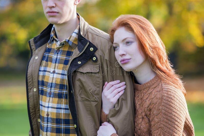 Paar op een de herfstgang stock foto