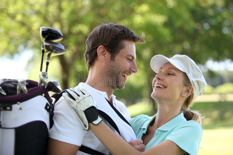 Paar op een golfcursus royalty-vrije stock foto's