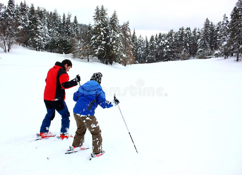 Paar op een het ski?en vakantie stock afbeelding