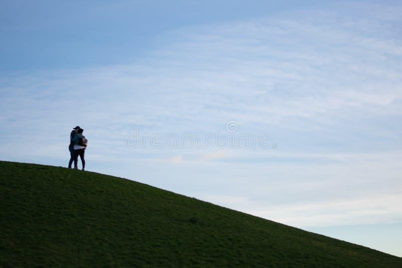 Paar op een Heuvel stock afbeeldingen