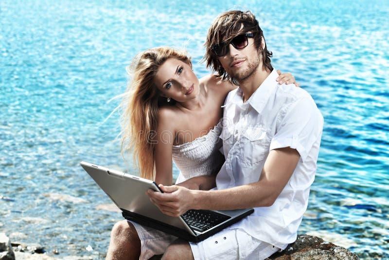Paar op een overzees stock foto
