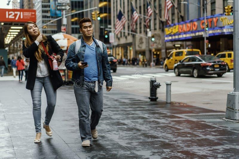 Paar op een stoep dichtbij Radiostad in New York, Manhattan stock fotografie