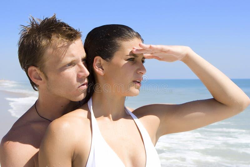 Paar op een strand royalty-vrije stock afbeeldingen