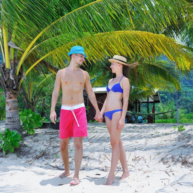 Download Paar op een strand stock foto. Afbeelding bestaande uit strand - 29505448