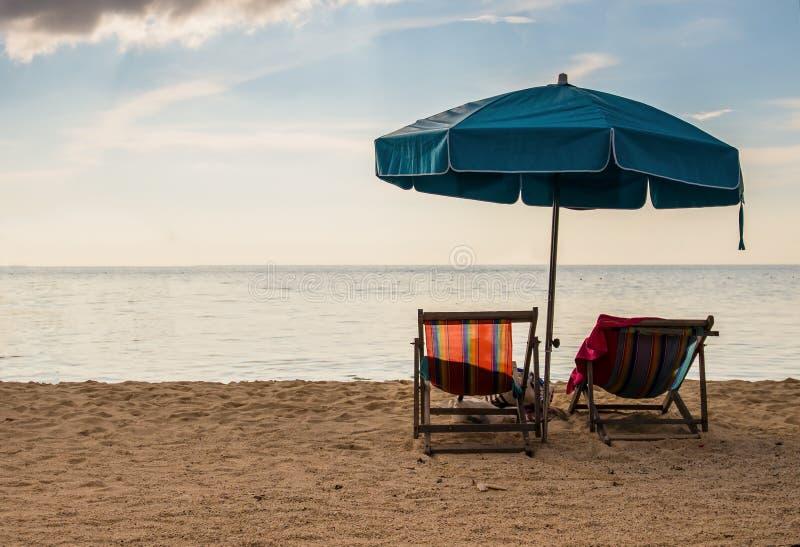 Paar op een tropisch strand bij eiland stock afbeeldingen