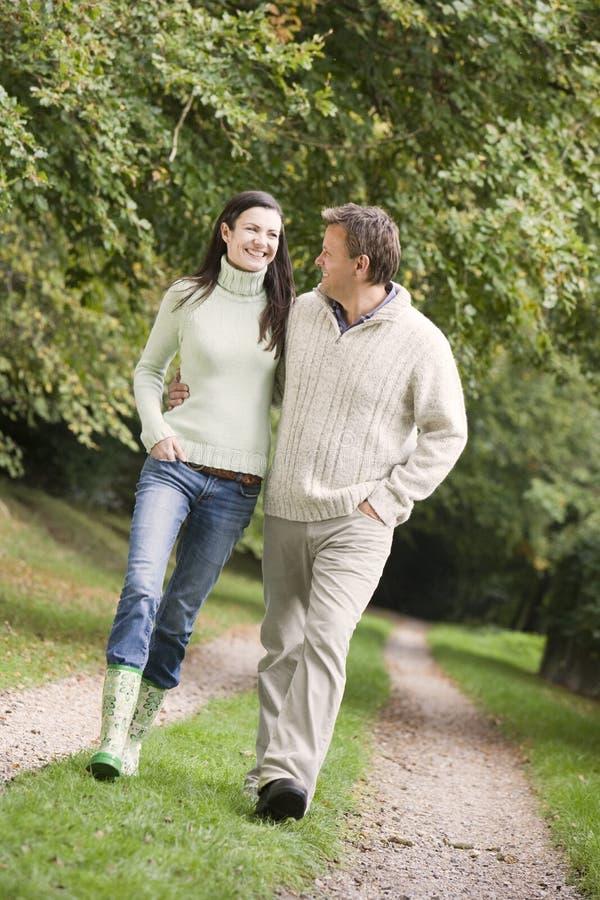 Paar op gang langs bosweg royalty-vrije stock fotografie