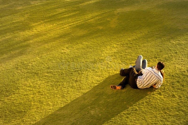 Paar op Gras stock afbeeldingen