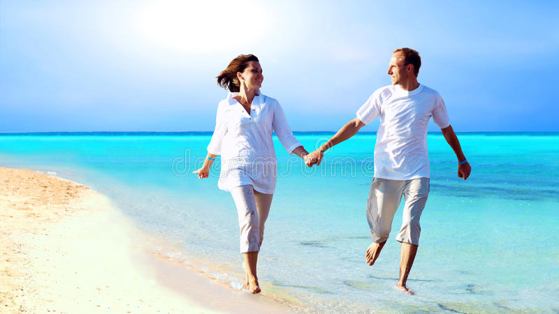 Paar op het strand royalty-vrije stock afbeelding