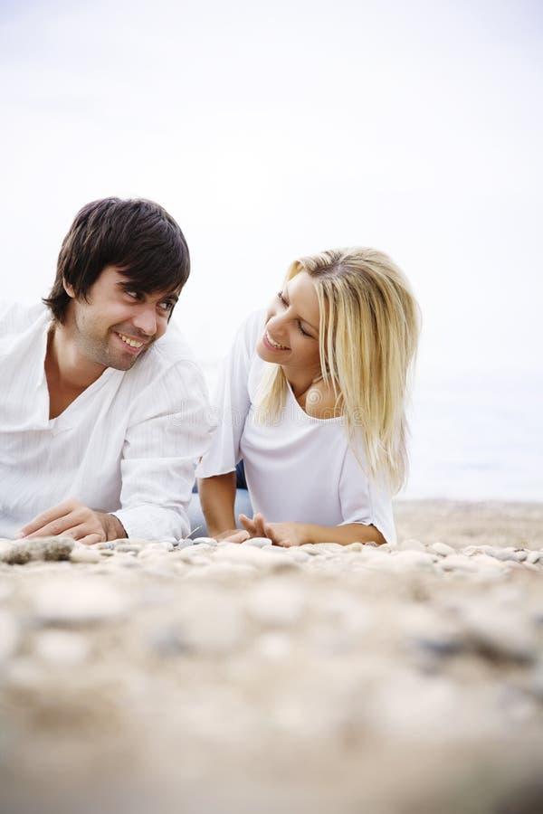 Paar op het strand stock fotografie