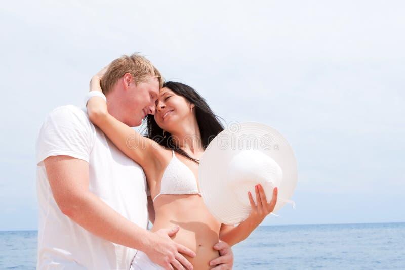 Paar op het strand van overzees stock fotografie