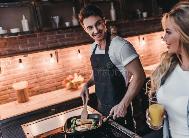 Paar op keuken stock foto