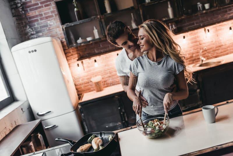 Paar op keuken stock fotografie